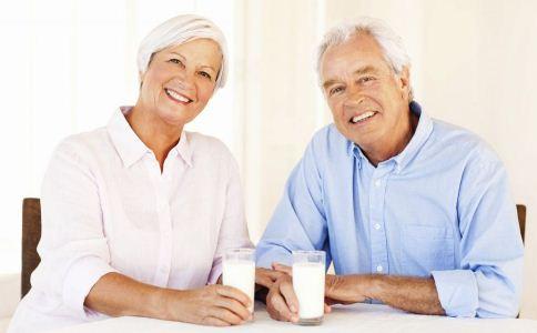 老人喝牛奶好吗 老人适合喝牛奶吗 老人怎么喝牛奶
