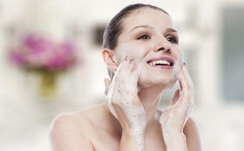 正确的洗脸方法 你洗脸的方法用对了吗 洗脸用温水好还是冷水好