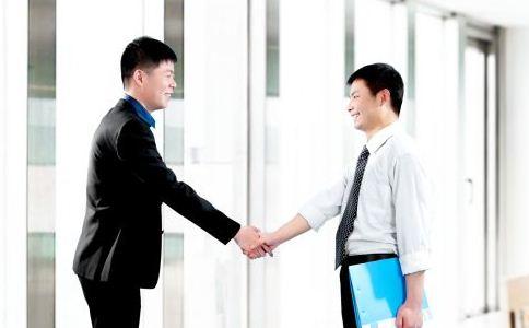 初入职场该怎么和别人相处 在职场上交朋友要注意什么 工作中不能犯什么错误