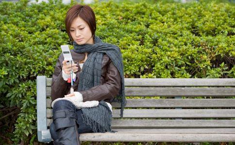 用手机超过68分钟易抑郁 睡前如何玩手机 睡前玩手机的方法