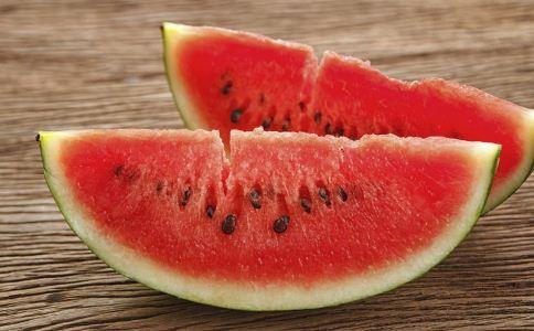 夏季吃西瓜的好处 夏季吃西瓜的功效 夏季怎么吃西瓜才健康