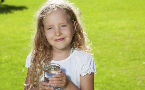 儿童夏天喝什么好 儿童夏天喝什么饮料好 儿童喝水的禁忌