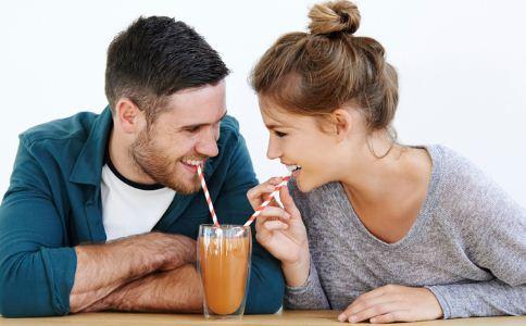 情侣之间最喜欢做哪些小动作 男人喜欢怎么表达爱意 伴侣间通常怎么表达爱意