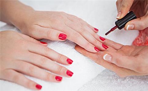 哪种指甲油显手白 显手白的指甲油颜色
