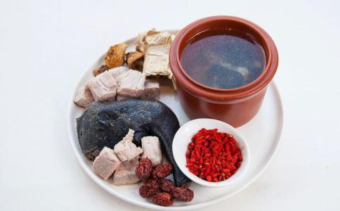 女人经期肚子痛怎么回事 血虚吃什么好 当归乌鸡汤的功效