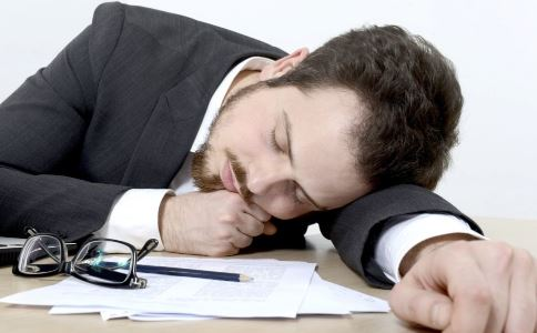 中午趴着睡的危害有哪些 中午趴着睡有什么危害 中午趴着睡要注意什么