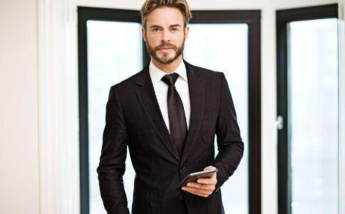 男人怎么挑选西装颜色 男人穿西装选择什么颜色好 男人穿西装要注意什么细节