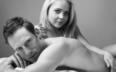 男人在恋爱时有什么小秘密 怎么读懂男人的小动作 男人在恋爱时的肢体语言怎么看