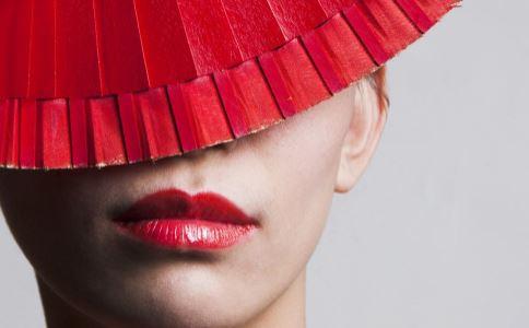 秋冬嘴唇干裂怎么办 嘴唇干裂起皮有什么方法 如何护理唇部