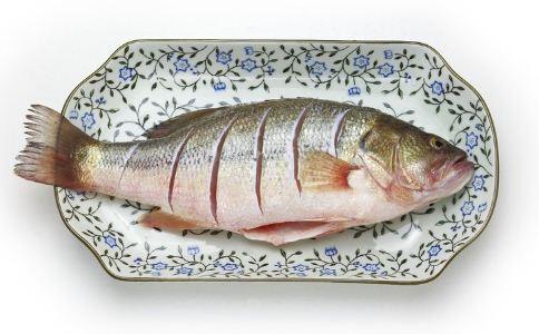 哪些人不能吃鲫鱼 什么人不能吃鲫鱼 哪些食物不能跟鲫鱼一起吃