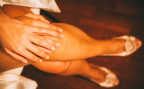 女性为什么不能跷二郎腿 跷二郎腿的危害是什么 怎么改掉跷二郎的习惯腿