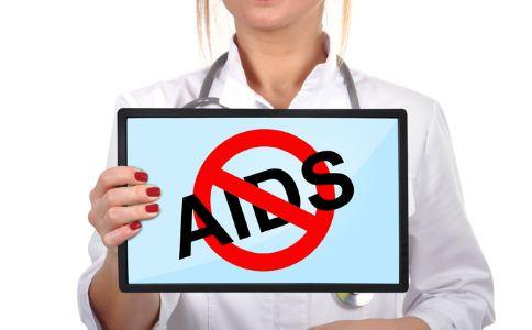 艾滋病人眼泪中含有艾滋病吗 和艾滋病人吃饭会被传染吗 和艾滋病人接吻会被传染吗