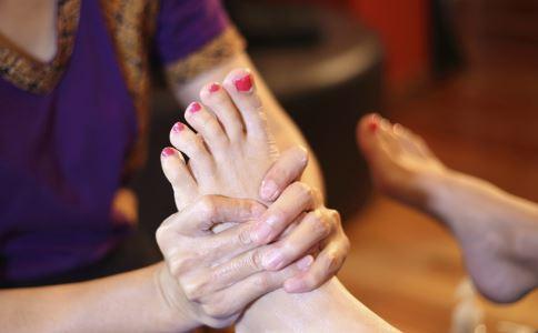 脚底有多少个穴位 脚底按摩的好处是什么 脚底按摩的方法有哪些