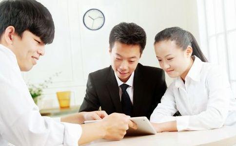 初入职场如何跟同事相处 怎么处理职场人际关系 如何跟老板交流