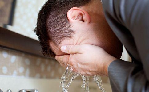 男人洗脸有哪些误区 怎么洗脸比较好 男人怎么洗脸才正确