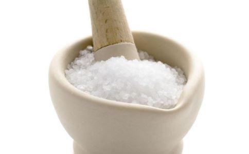 用艾叶粗盐热敷的好处有哪些 艾叶热敷有什么好处 艾叶粗盐热敷