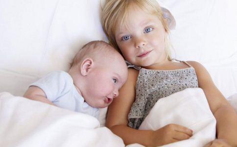 婴幼儿怎么穿衣 婴幼儿怎么挑选衣服 宝宝穿衣要注意什么