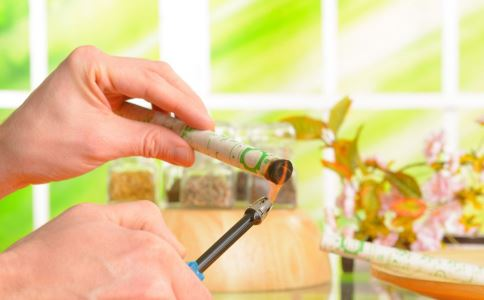 艾灸的治病原理是什么 艾灸有哪些禁忌 乳腺囊肿艾灸能治愈吗