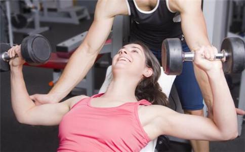 用哑铃怎么练上胸肌 哑铃练上胸的方法 哑铃健身注意事项