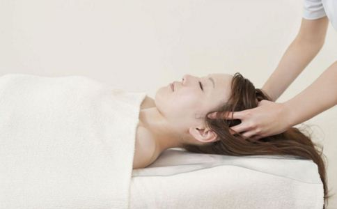 头发出油怎么办 头发出油是什么原因 为什么头发会出油