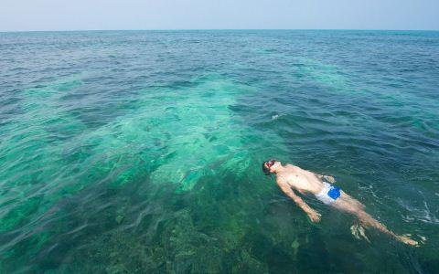 一天什么时间段去海边玩最合适 海边游泳应注意什么 游泳后如何清洁面部