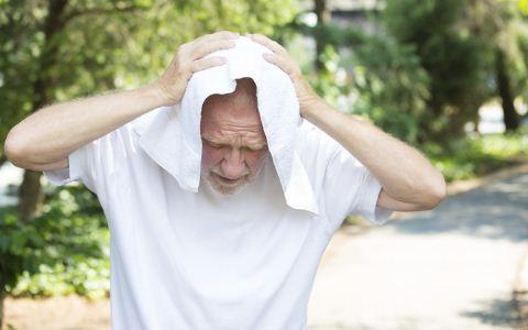 洗冷水澡有哪些好处 冠心病人可以洗冷水澡吗 冠心病人洗澡有哪些禁忌