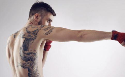 澳男子花53万元全身纹身 生殖器和眼球也没落下