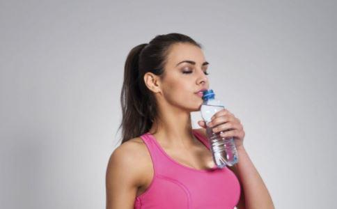 女性喝水的最佳时间是什么时候 女性正确喝水姿势是什么 如何分辨水的好坏
