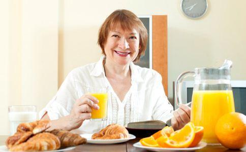老人晨练的时候要吃早餐吗 老人晨练前要吃早餐吗 老人吃什么早餐好
