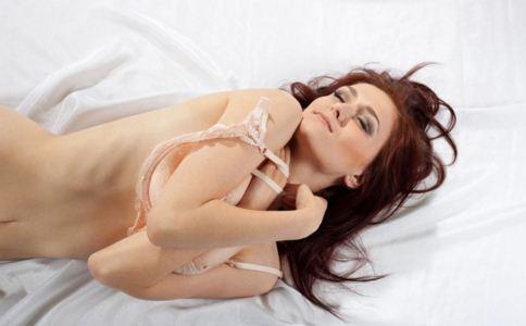 女人裸睡的好处 裸睡的正确方法 睡前如何给身体排毒