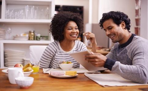 女生暗恋男生的几个表现 怎么知道一个女生是否喜欢你 两性交往注意事项