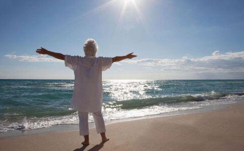 老人爬山的注意事项 老年人爬山要注意什么 老年人适合做什么运动