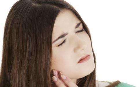 口腔溃疡如何治疗 口腔溃疡吃什么好 口腔溃疡的原因有哪些