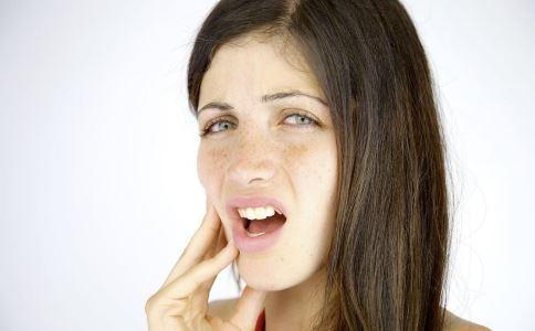 口腔溃疡是什么原因 导致口腔溃疡的原因有哪些 为何压力过大会导致口腔溃疡
