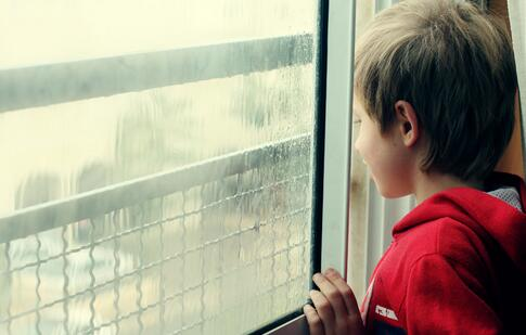 4岁自闭症男童车流中奔跑 儿童自闭症的预防方法 儿童自闭症的治疗方法