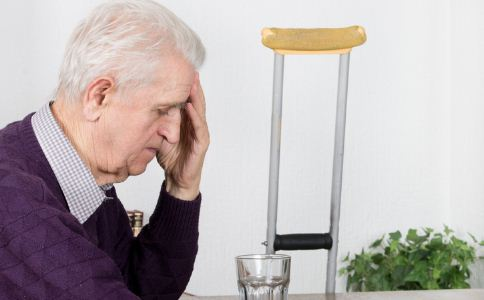 老人如何购买拐杖 老人购买拐杖的方法 拐杖的种类有哪些