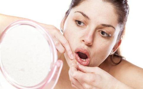 下巴长痘的原因是什么 为什么下巴经常长痘 祛痘的食物有哪些