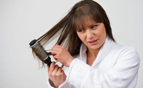 掉头发怎么办 缓解脱发的方法 治疗脱发的小偏方
