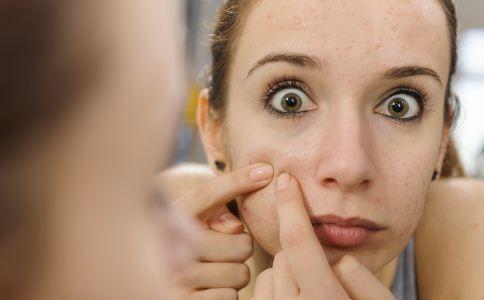 毛囊炎有哪些症状 毛囊炎和青春痘有什么区别 毛囊炎的危害有哪些