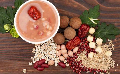 改善干燥皮肤吃什么 秋季吃什么美容 有哪些美容粥推荐