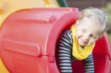 孩子坐在大人腿上玩滑梯 真的安全吗
