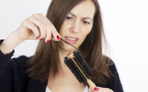 女人掉头发很厉害是什么原因 女人掉头发的原因 女人掉头发吃什么好