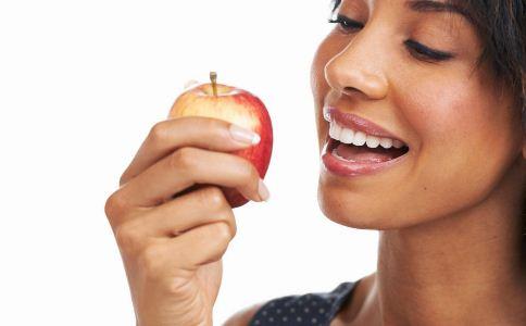 秋季皮肤干燥的原因是什么 秋季吃什么可以给肌肤补水 什么食物可以补水