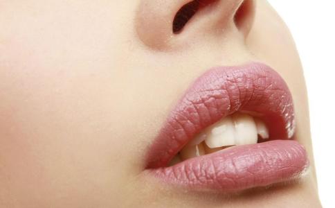 秋冬嘴唇干裂怎么办 冬季护理唇部的方法 秋冬如何护理唇部