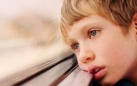 自闭症男孩高速路上狂奔 如何缓解儿童自闭症 缓解儿童自闭症的方法