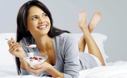 睡前吃什么好 睡前吃哪些食物好 睡前不该吃什么