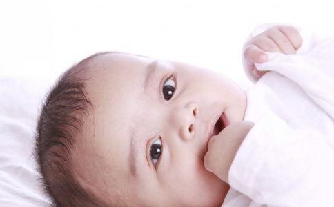 宝宝为什么爱吃手 宝宝吃手好不好 怎么预防宝宝吃手