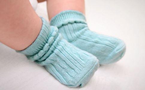 宝宝睡觉要穿袜子吗 宝宝睡觉能穿袜子吗 宝宝睡觉穿袜子
