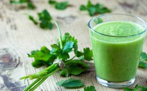 芹菜汁能降血压吗 芹菜汁可以治高血压吗 芹菜汁有什么功效