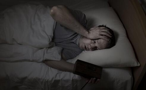 睡前刷手机会暂时性失明吗 玩手机如何减少伤害 玩手机减少伤害的方法